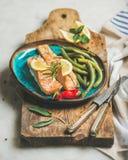 烤三文鱼鱼用柠檬、迷迭香、辣椒和豆 库存照片