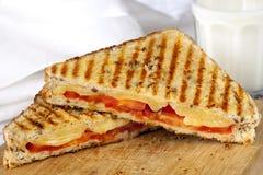 烤三明治和牛奶 库存照片