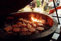烤与火焰和烟的可口肉 承办宴席在食物 库存照片