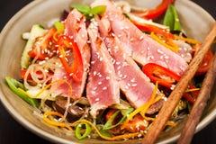 烤与菜的金枪鱼和亚洲米玻璃面条 库存照片