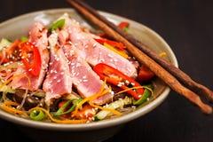 烤与菜的金枪鱼和亚洲米玻璃面条 库存图片