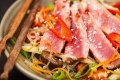 烤与菜的金枪鱼和亚洲米玻璃面条 免版税库存照片