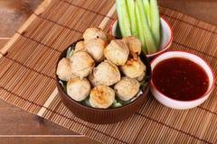 烤丸子用在碗的辣罗望子树调味汁 图库摄影