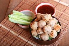 烤丸子用在碗的辣罗望子树调味汁 免版税库存照片