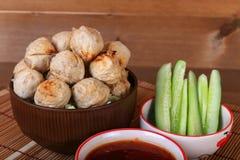 烤丸子用在碗的辣罗望子树调味汁 免版税图库摄影