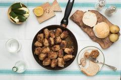 烤丸子的多汁重水多的部分服务用在一次老葡萄酒桌地道晚餐会的面包小圆面包 免版税库存照片