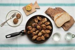 烤丸子的多汁重水多的部分服务用在一次老葡萄酒桌地道晚餐会的面包小圆面包 库存照片