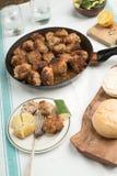 烤丸子的多汁重水多的部分服务用在一次老葡萄酒桌地道晚餐会的面包小圆面包 库存图片