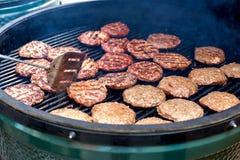 烤为与火焰和烟的汉堡的猪肉和鸡 免版税库存图片
