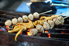 烤乌贼和丸子串在泰国夜市场上 免版税库存照片