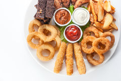 烤乳酪、油煎方型小面包片和调味汁在一块圆的板材在白色ba 免版税库存照片