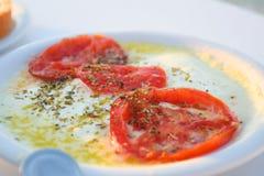 烤乳酪用在板材的蕃茄 烤希腊希腊白软干酪 免版税库存图片