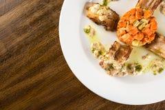 烤兔子肉卷用红萝卜和调味汁 免版税库存图片