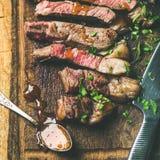 烤半生半熟ribeye牛排,方形的庄稼 图库摄影