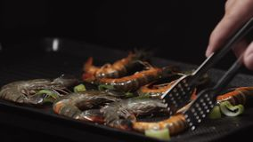 烤和在电烤肉的油煎的虾 在bbq的健康烤海鲜 烤红色虾特写镜头  影视素材