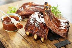烤和抽烟的肋骨用烤肉汁 库存照片