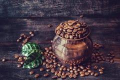 烤咖啡五谷在一个铜罐的 库存照片