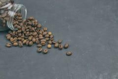 烤咖啡豆从一个玻璃瓶子倾吐了 咖啡对象的有角安置 在黑暗的混凝土 艺术性的详细埃菲尔框架法国水平的金属巴黎仿造显示剪影塔视图的射击 复制 免版税库存照片