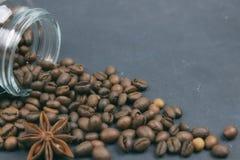 烤咖啡豆从一个玻璃瓶子倾吐了 咖啡对象的有角安置 在黑暗的混凝土 艺术性的详细埃菲尔框架法国水平的金属巴黎仿造显示剪影塔视图的射击 复制 图库摄影