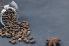 烤咖啡豆从一个玻璃瓶子倾吐了 咖啡对象的有角安置 在黑暗的混凝土 艺术性的详细埃菲尔框架法国水平的金属巴黎仿造显示剪影塔视图的射击 复制 库存图片