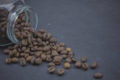 烤咖啡豆从一个玻璃瓶子倾吐了 咖啡对象的有角安置 在黑暗的混凝土 艺术性的详细埃菲尔框架法国水平的金属巴黎仿造显示剪影塔视图的射击 复制 免版税库存图片