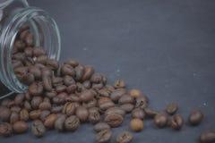 烤咖啡豆从一个玻璃瓶子倾吐了 咖啡对象的有角安置 在黑暗的混凝土 艺术性的详细埃菲尔框架法国水平的金属巴黎仿造显示剪影塔视图的射击 复制 库存照片