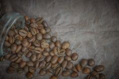 烤咖啡豆从一个玻璃瓶子倾吐了 咖啡对象的有角安置 在黑暗的混凝土 艺术性的详细埃菲尔框架法国水平的金属巴黎仿造显示剪影塔视图的射击 库存照片