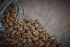 烤咖啡豆从一个玻璃瓶子倾吐了 咖啡对象的有角安置 在黑暗的混凝土 艺术性的详细埃菲尔框架法国水平的金属巴黎仿造显示剪影塔视图的射击 库存图片