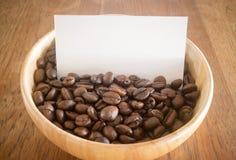 烤咖啡豆和名片 库存图片