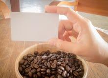 烤咖啡豆和名片 免版税库存图片