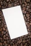 烤咖啡豆和名片 免版税库存照片