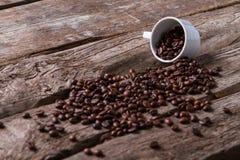 烤咖啡豆和杯 库存图片