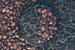 烤咖啡豆和烘干红茶叶子  库存照片