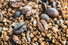 烤咖啡豆和被颗粒化的咖啡 库存照片
