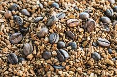 烤咖啡豆和被颗粒化的咖啡 免版税库存图片