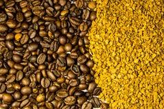 烤咖啡豆和速溶咖啡粒子背景  库存照片