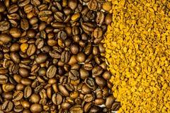 烤咖啡豆和速溶咖啡粒子背景  免版税图库摄影