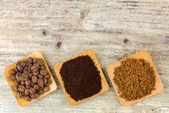 烤咖啡豆,碾碎的咖啡,在b的粒子速溶咖啡 免版税库存照片