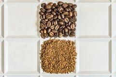 烤咖啡豆以在一个白色盘子的一个正方形的形式被计划的被冰冻干燥的速溶咖啡阿拉伯咖啡和粒子  免版税图库摄影