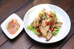 烤国王蚝蘑,与向日葵spr的Eryngii切片 免版税库存照片
