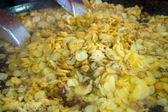 烤土豆用大蒜和麝香草在大煎锅,街道食物 免版税库存图片