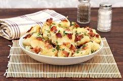 烤土豆用烟肉、巴马干酪和大蒜 免版税库存图片