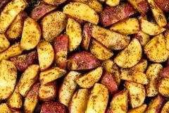 烤土豆用迷迭香和香料 准备烹调,烘烤 背景,纹理 免版税库存图片