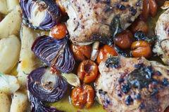 烤土豆用coctail蕃茄、鸡和红洋葱 库存照片