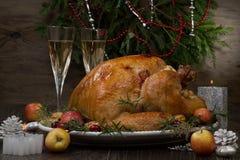 烤圣诞节土耳其用劫掠苹果 免版税库存图片
