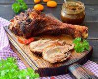 烤在一张黑暗的木桌上的火鸡鼓槌 免版税库存照片