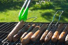 烤在便携式的烤肉的辣香肠在夏天去野餐 户外 射击烟 关闭 图库摄影
