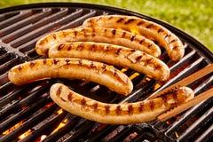 烤在便携式的BBQ的猪肉香肠 库存图片