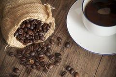 烤在大袋的咖啡种子用甜咖啡 图库摄影