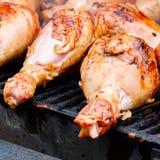 烤在木炭火炉, bbq格栅肉-准备好腿栅格的开胃火鸡鼓槌特写镜头  图库摄影